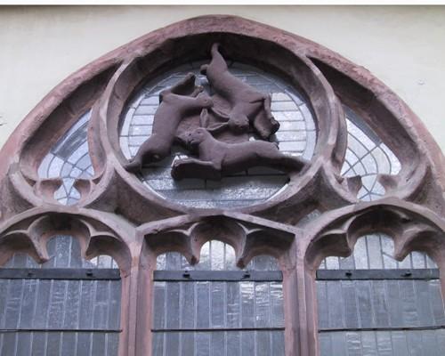 А это одно из окон собора, выполненно в виде трех зайцев