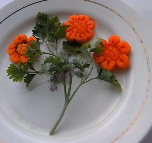 И я уже начала резать морковку, только в одной сердцевина зеленая попалась и испортила мне цветок