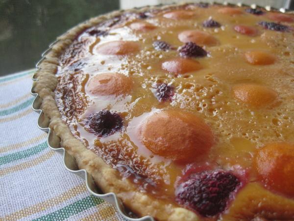 Кремовый пирог с абрикосами, малиной и тимьяном