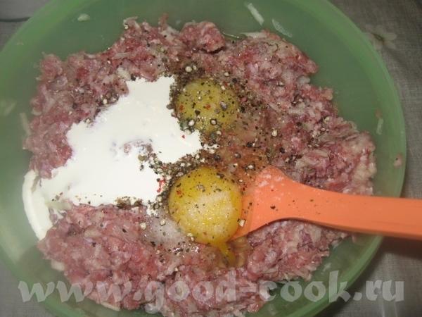 Отправляем натертые яблоко и лук к фаршу, добавляем 1 крупное или 2 мелких яйца, соль, перец и 2-3... - 2