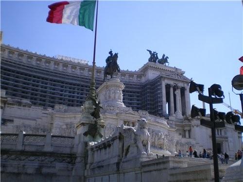 А это здание было построено в 1911году в честь объединения Италии и строилось 40 лет Италянцам оно...