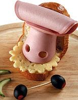 Бутерброд «Бычок» ОТСЮДА Компоненты 1 уголок хлеба, 2 ломтика вареной колбасы, 1 ломтик огурца, 2 ф... - 5