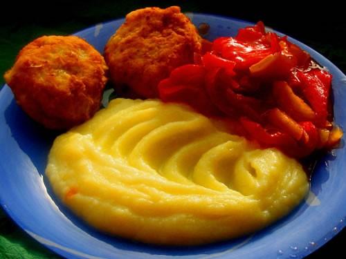 А сегодня доедали рыбный супчик, на второе котлетки из хека с картофельным пюре и лечо И салатик на...