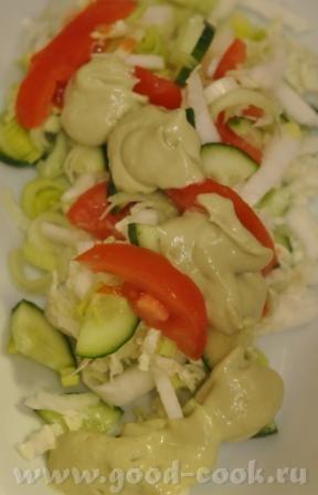 Салат из пекинской капусты, лука-порея, томатов и огурцов с соусом из авокадо