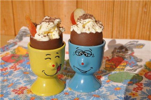 Яйца, типа Киндер сюрприз....снять верх, поставить их в подставки для яиц.  Заполнить мороженным, сверху присыпать...