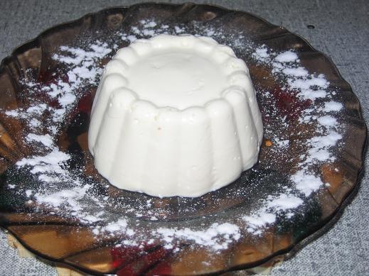 крем ванильный из сметаны ,вкусно мы с дочкой слопали с удовольствием,муж не стал не помню где реце...