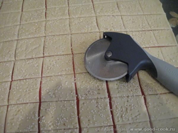 Тесто можно посыпать кунжутом, солью (чтоб солененькие крекеры получились), перцем, травами , разными специями и т - 3