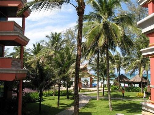 отдыхали мы в отеле Ката Бич Резорт,один из немногих отелей Пхукета,построенных прямо на берегу,ну...
