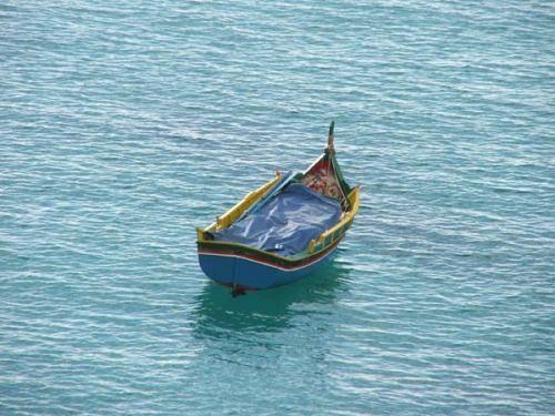 вот такая лодочка симпатичная - мне очень нравится а вот спуск к морю с противоположной от деревни...
