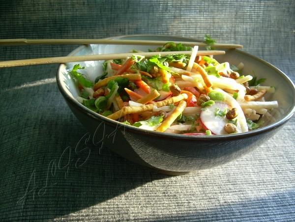 САЛАТ С КОЛЬРАБИ И СОЕВЫМИ ОРЕШКАМИ 1 кольраби 1 морковь 2 зеленых лука 5-6 редиса 1/2 сладкого кра...