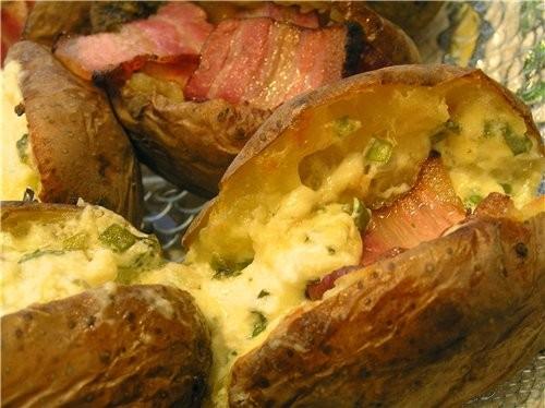 Картофельные лодочки с салатом из селедки и овощей Запеченная картошка, фаршированная сыром Картошк... - 3