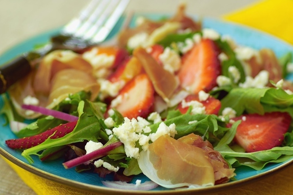 Это вариация на тему салата с клубникой и шпинатом Салат с пармской ветчиной салатные листья ( у ме...