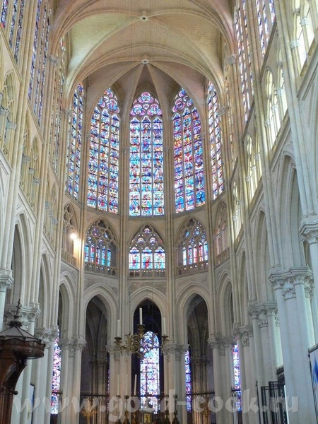 А это пусть не замок, а собор, в Tours, но меня он так впечатлил - 6