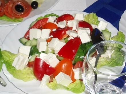 Вот этот салатик, типа греческого, Шопский кажется называется Курица фаршированная блинами, вот это...
