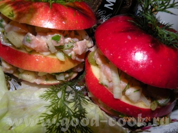 ТАТАР ИЗ ЛОСОСЯ КОПЧЕНОГО И СВЕЖЕГО ПОНАДОБ: Два яблока, лосось копченый(холод