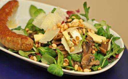 Салат из руколы, корна, шампиньонов и сыра