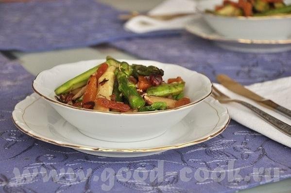 очень интересный салат, спаржу доселе не приходилось пробовать в вместе с орехами и сухофруктами, п...