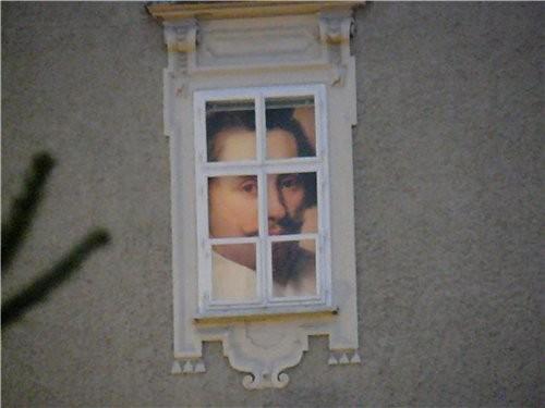 Такой дом, а в верхнем ряду окон в окнах портреты разных знаменитых людей(я думаю, что они знаменит... - 3