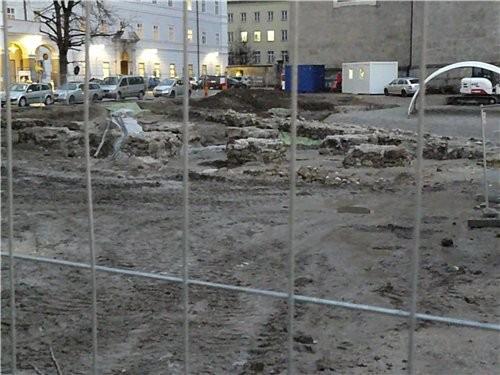 Тут ведутся археологические раскопки, прям в центре старого города, площадь с фонтаном будет выгляд...
