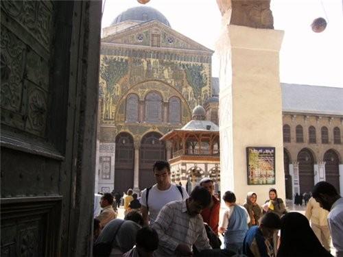 Пройдя немного вперед поворачиваем направо -здесь вход в мечеть Омейядов - 2