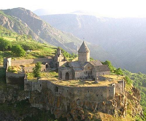 ХРАМОВЫЙ КОМПЛЕКС ТАТЕВ была сооружена в 895-906 гг - 2