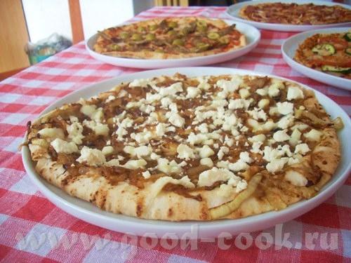 необычная пицца, сладковатая, нелюбителям лука лучше не пробовать, любителям же срочно готовить