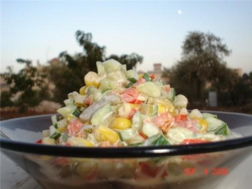 """Салатик """"Цветной"""" -кукуруза консервированая -сладкий перец, красный -огурцы свежие -огурцы маринова..."""