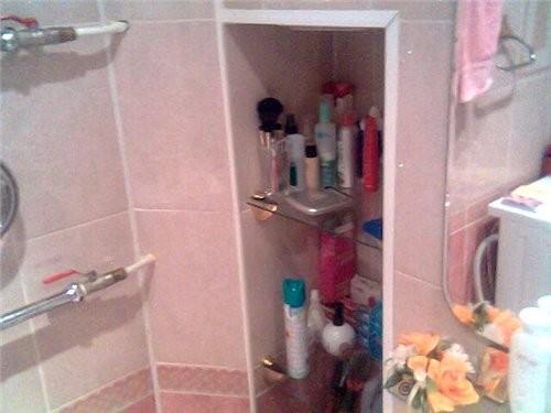 В ванной была идея сделать нишу за унитазом