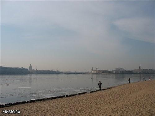 Вид с пляжа Петропавловской крепости: слева направо - Зимний дворец, Исаакиевский собор, Дворцовый...
