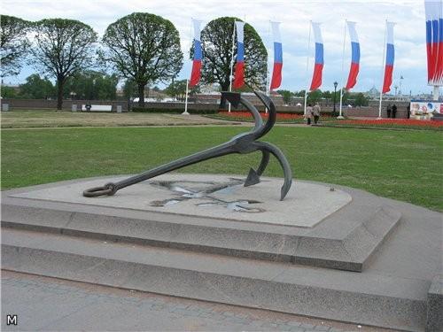 Поближе украшение Биржи В 2003 году в сквере установлен якорь - 2