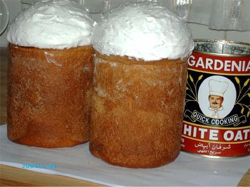 Готовые паски слегка остудить и смазать помадкой, посыпать крашеным сахаром или специальной посыпко...