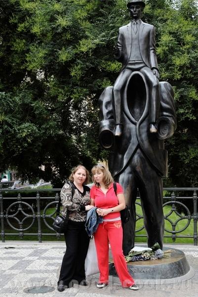 Несколько сюрреалистичный памятник Кафки, впрочем как и его произведения - 3