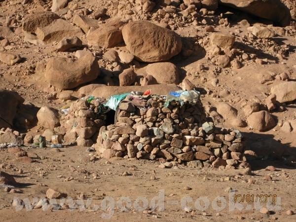 Так живут местные бедуины, это дом бедуина А вон там внизу Монастырь Святой Екатерины, к которому м... - 8
