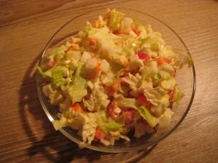 Лёгкий салат с крабовыми палочками и салатом Крабовые палочки, отварные яйца, сладкий болгарский пе...