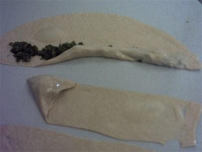 затем разрезать её на равные полосы, уложить начинку и скрутить потихоньку ввиде колбасок затем све... - 3
