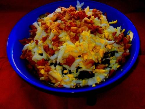 """Салат """"Изумруд"""" Курица отварная, сервелат, копченое мясо, огурцы консервированные, чернослив, яблок..."""
