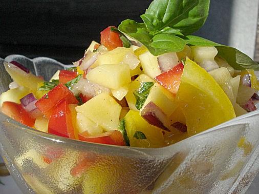 Сальса из манго 1 манго 2 перца 1 красная луковица мелко порезаная зелень, например: петрушка, кинз...
