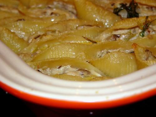 Готовила по рецепту Ланы Жюльен в ракушках, чуть изменила соус- у меня бри в холодильнике давно бес...