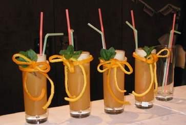 Арельсиново-яблочный сок 2 апельсина и 3 яблока нарезать, добавить ложку меда, воду (без воды бленд...