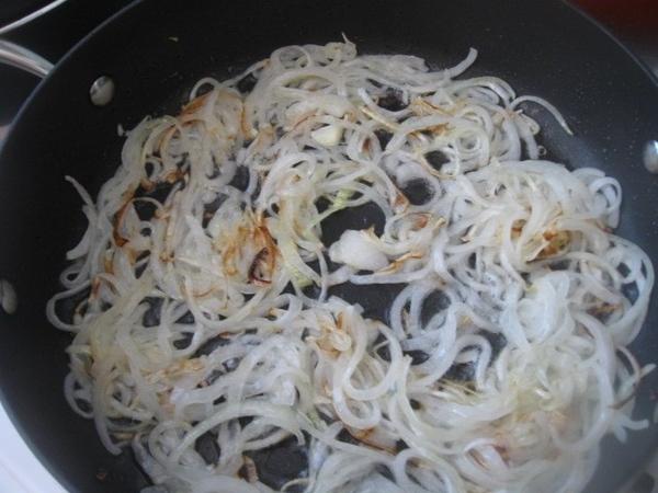 Лук слегка обжариваем на сковороде с растительным маслом и добавляем в нему кусочки отварного мяса...