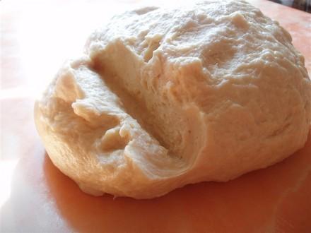 Вымешивайте тесто до тех пор, пока оно не начнет отлипать от рук, станет мягким и эластичным и в не...