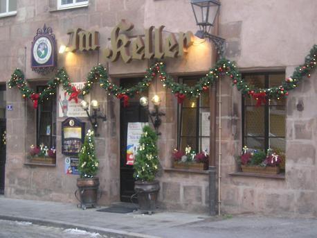а ещё вот такие рождественско-новогодне украшенные ресторанчики-забегаловки: и просто красиворазрис... - 2