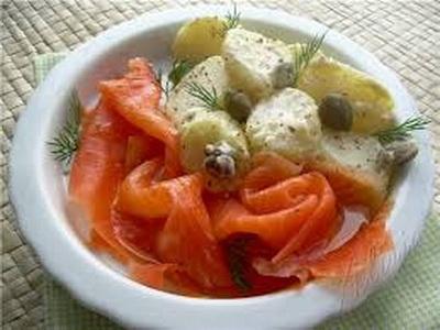 Салат картофельный с копченым лососем