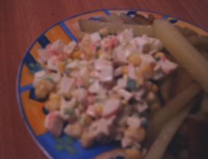 А у нас сегодня на ужин было простенько: жаренная картошечка и салатик с крабовыми палочками