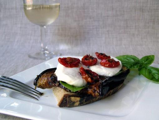 Любителям печеных помидор предлагаю еще один вариант: Бутерброд с домашним хлебом , маринованным ба...