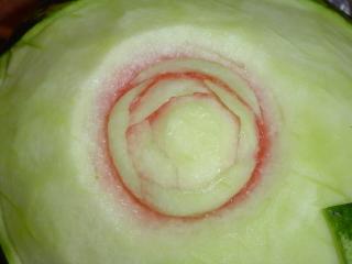 7.Уменьшая размер лепестков,заканчиваем формирование середины цветка(резато так же,как и серединка...