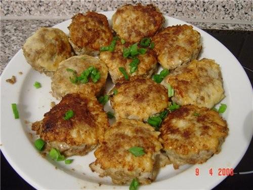 и Биточки по-кишинёвски (рецепт с кухарки) Свиной фарш заправить солью,перцем,добавить сырые яйца и...
