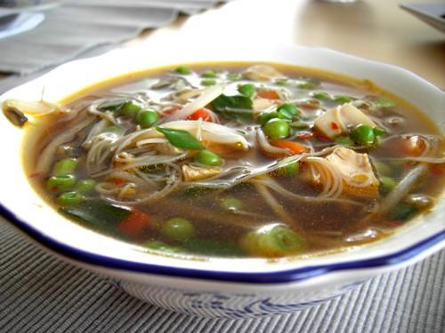 Азиатский суп со стеклянной лапшой На 4 персоны нам понадобятся: 1 средняя луковаца 25 гр