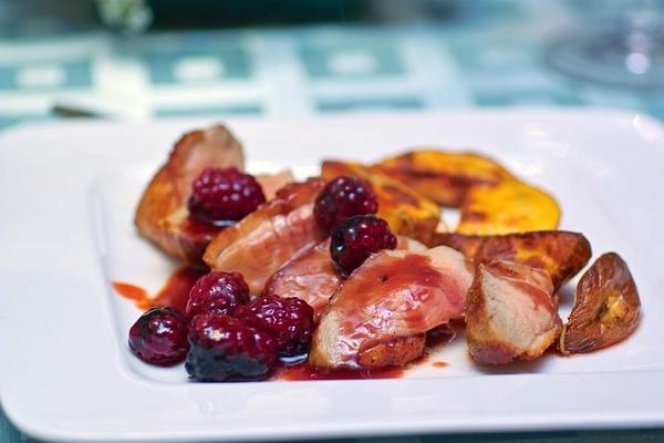 Закуска из клубники с Рокфором Утиная грудка с ликером Creme de Cassis и ягодами ЧЕРНИКА В КРАСНОМ... - 2