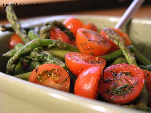 А вот и наш вчерашний ужин: Салатик из помидорок-черри со спаржей, заправленный оливковым маслом